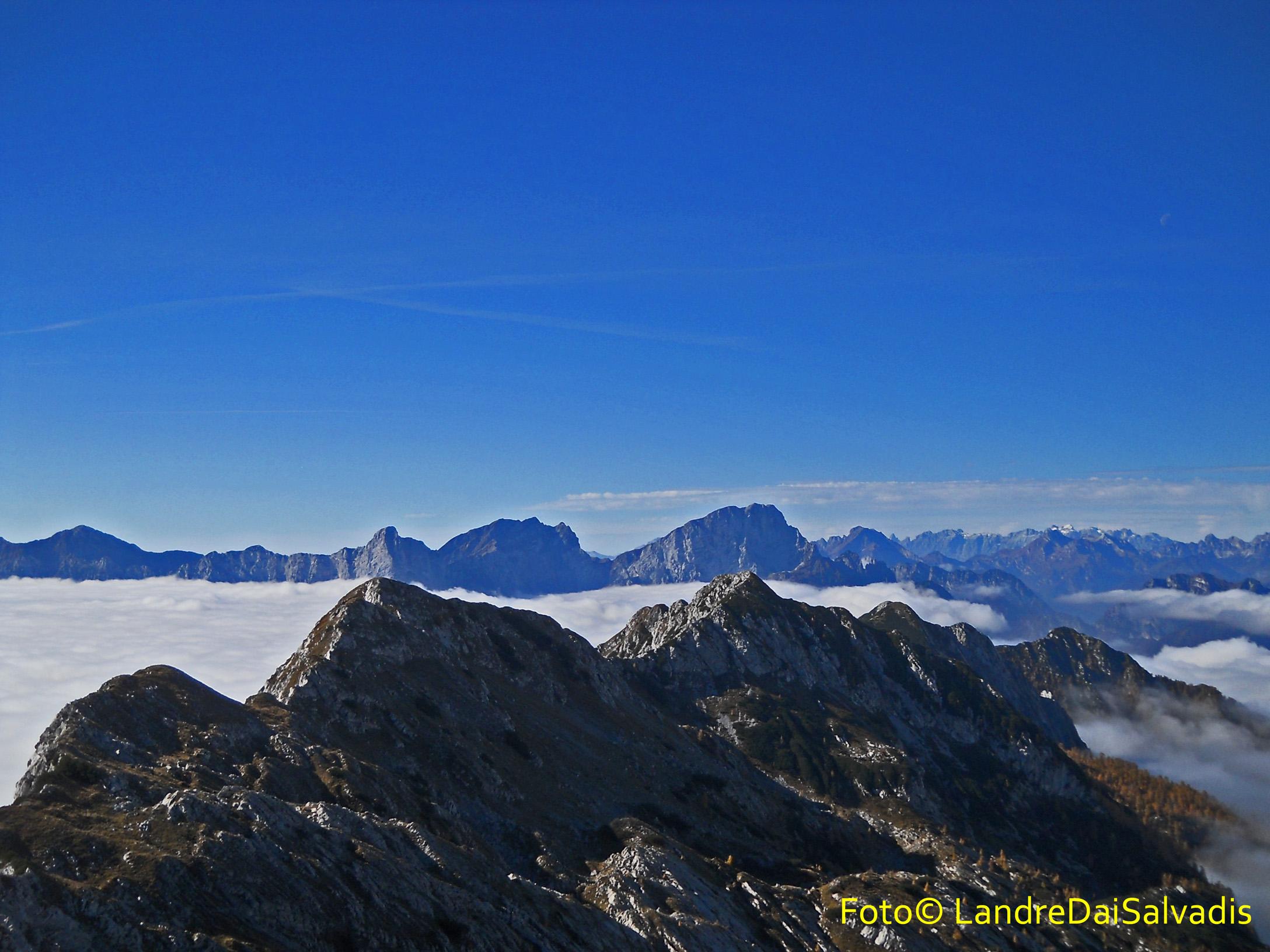 In secondo piano Crep Nudo, Teverone, Col Nudo. in primo piano la cresta del Resettum con il monte Fratte.