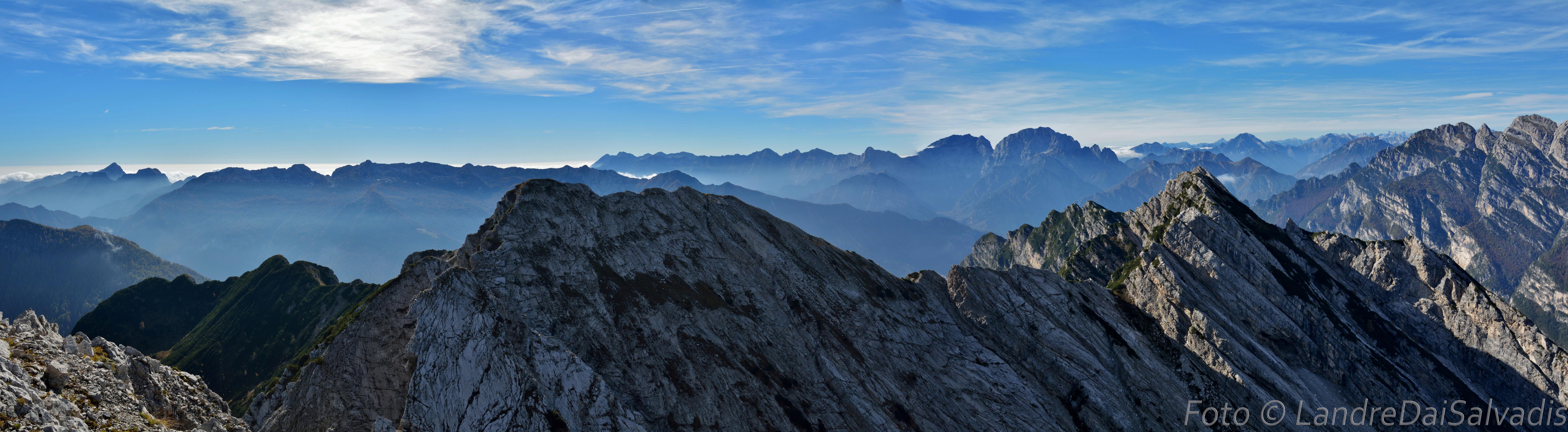 Panoramica dalla cima, da sinistra: Raut, catena del Resettum e Gruppo Cavallo - Col Nudo.