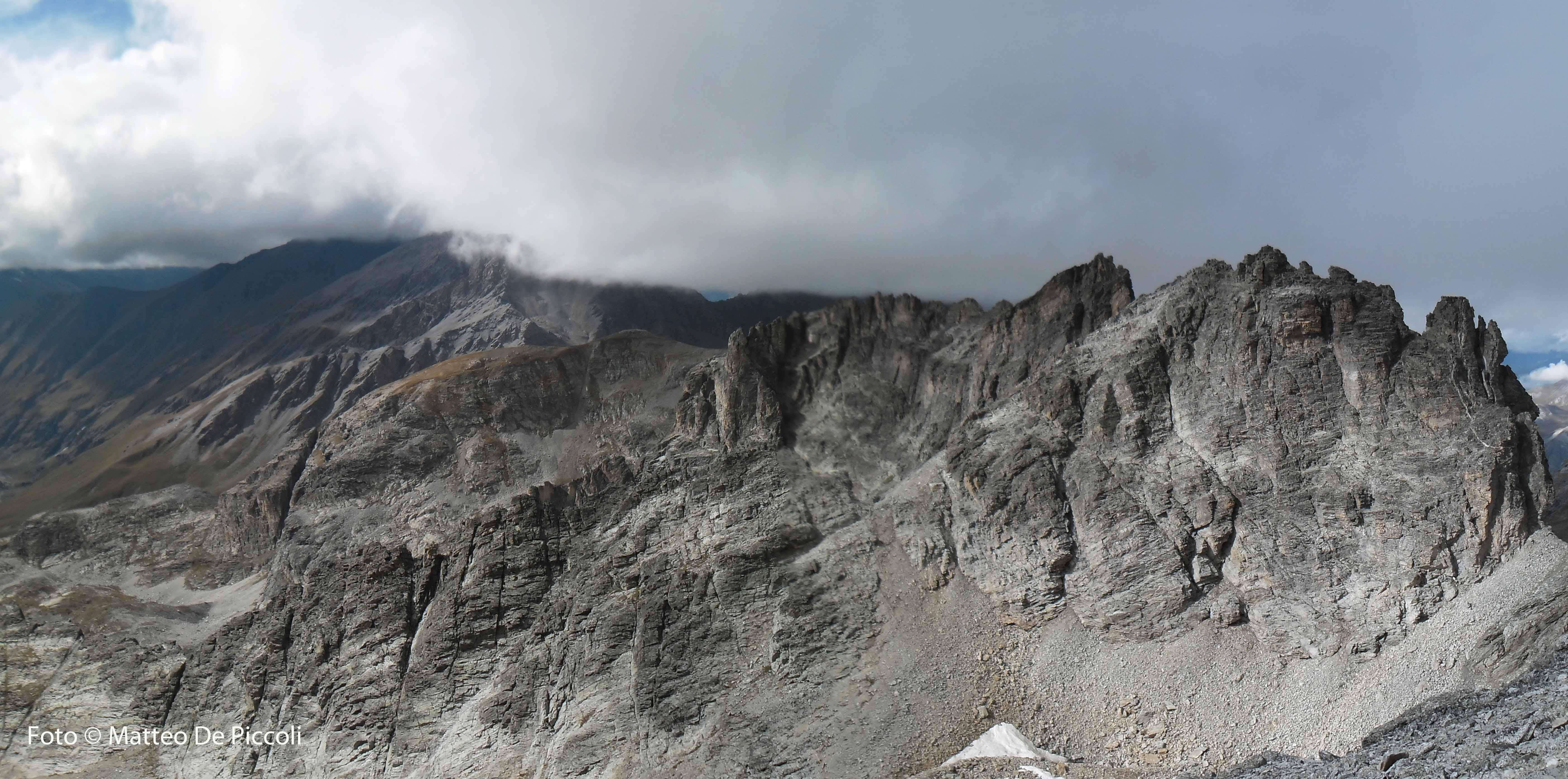 A sx del Passo Rognosa, tutto a dx, Cima de Rocher Cornurs, cresta del Gros Peyron e Pierre Menue tra le nuvole