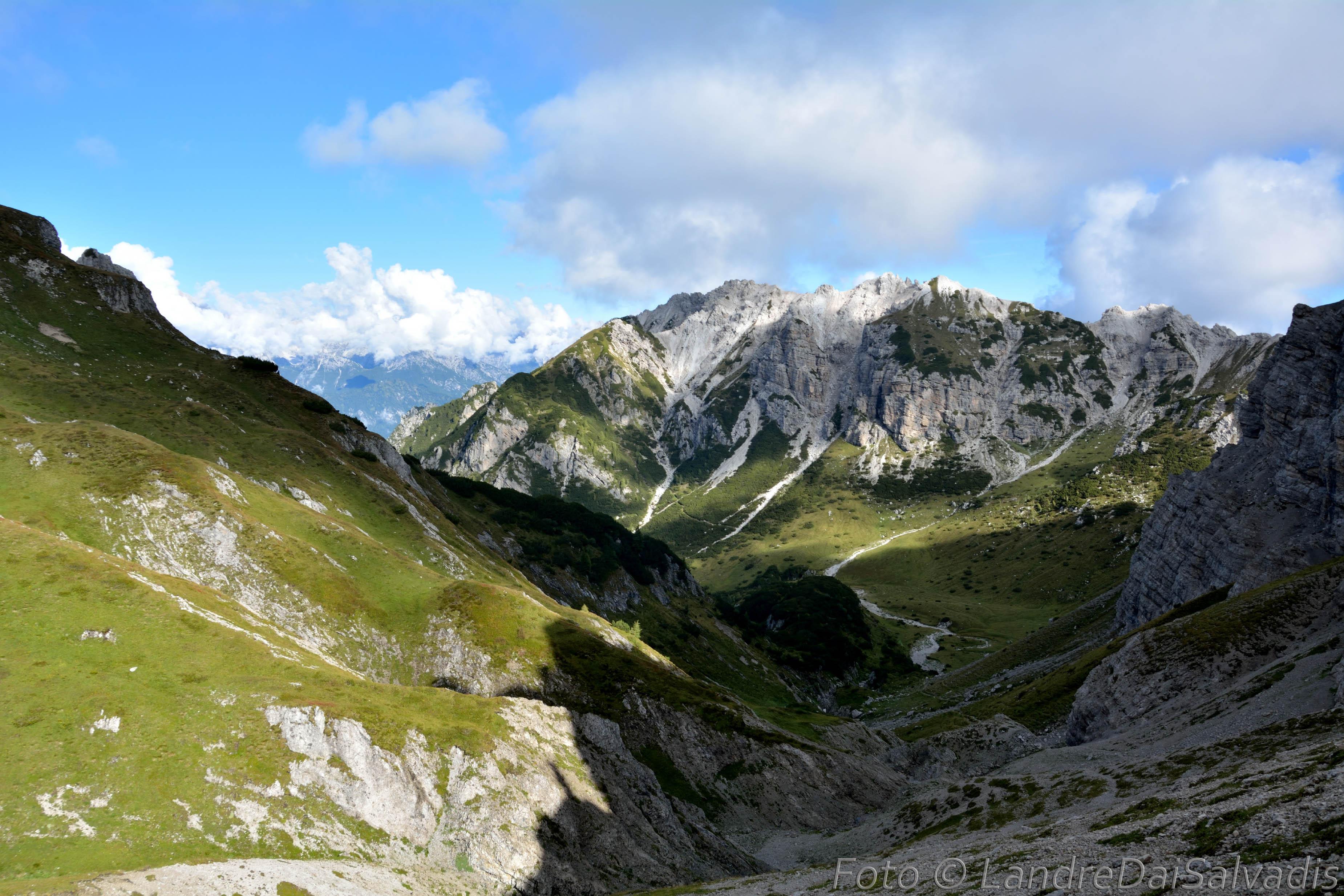 L'amena conca di Casera Cavalet, racchiusa dal Monte Pera.
