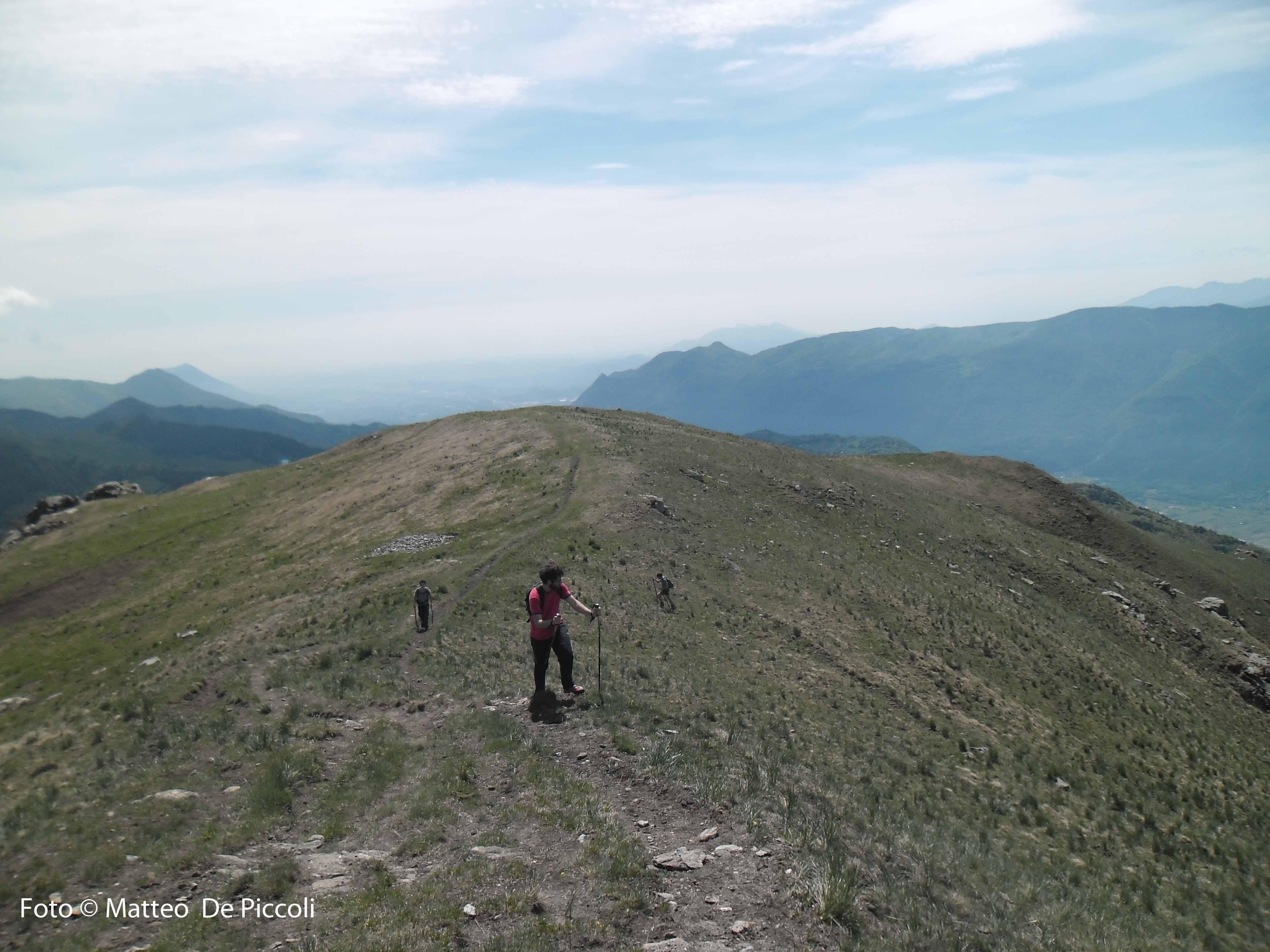 Quasi in cima; sullo sfondo Rocca Sella, Musinè e Sacra di San Michele fanno da entrata alla Val Susa
