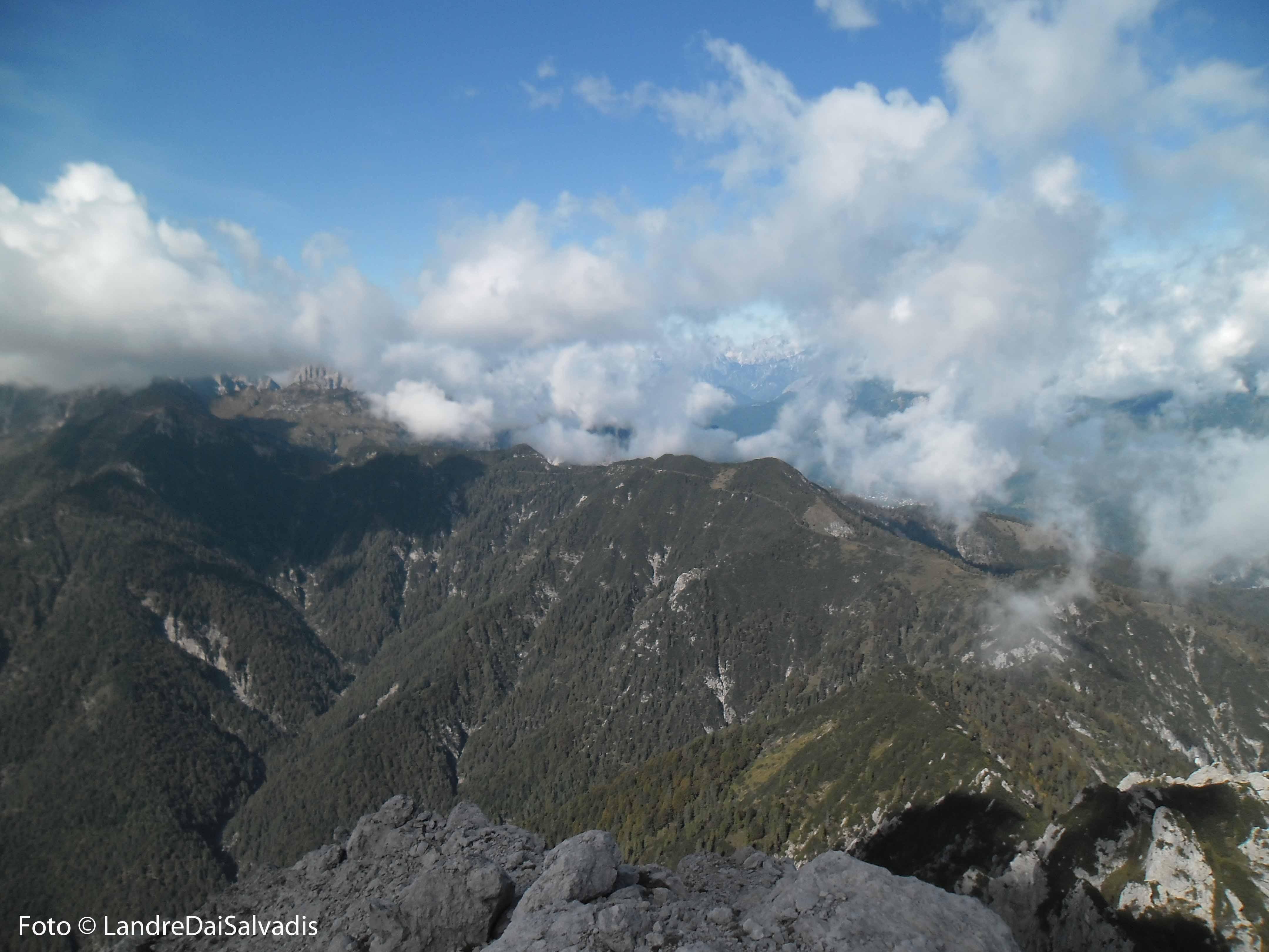La lunga cresta del Lareseit che da Forni permette di arrivare al bivacco Pramaggiore
