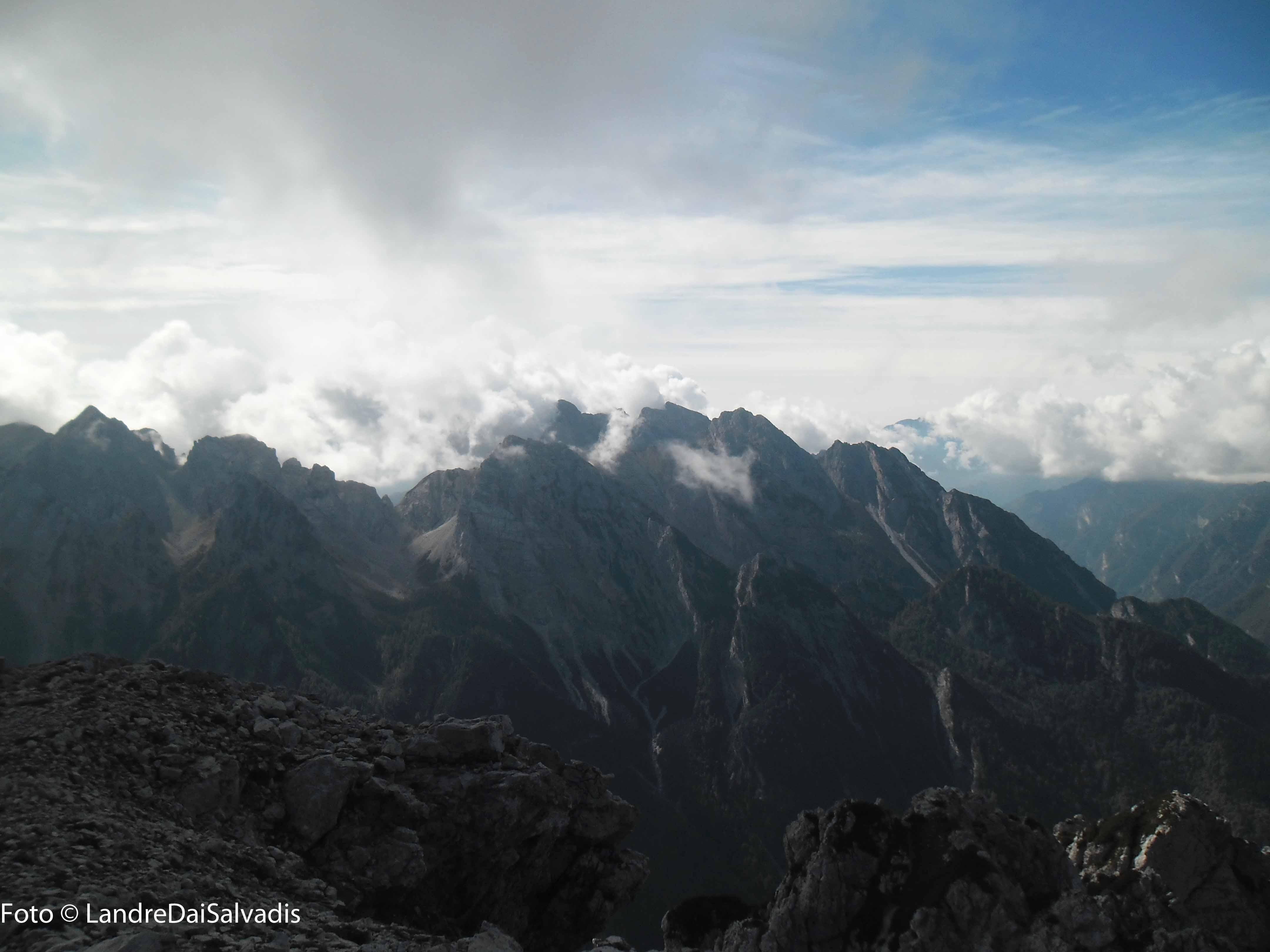 Gruppo Caserine-Cornaget immerso tra le nuvole