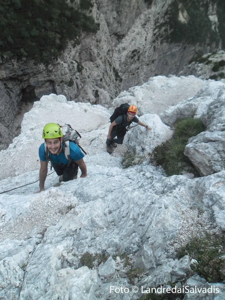 """Si prosegue su salti rocciosi, meglio evitare i cavi, divelti e pericolosi. Qui nei pressi del """"Pass Cjatif""""."""