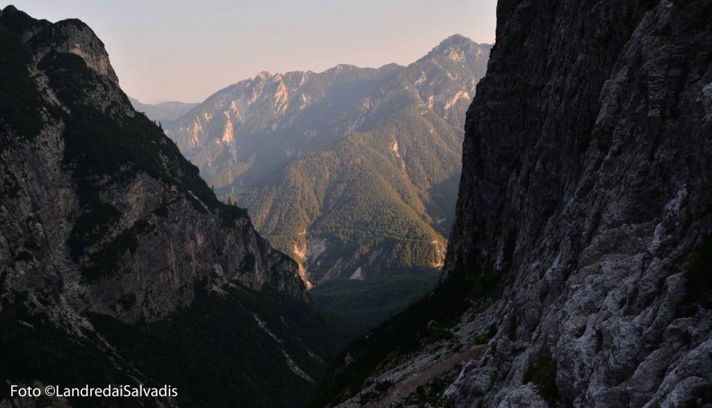 Si continua traversando i fianchi della montagna, guadagnando poco dislivello