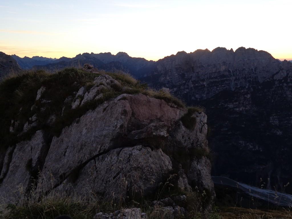 Il gradino che accede alla piccola vetta del Lodina; oltre il T. Cimoliana, la Vacalizza
