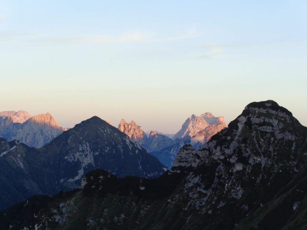 In 1° piano: Cima Fortezza; in 2° piano: M. Zita; in 3° piano, da sinistra: Sasso di Toanella, Sasso di Bosconero, Sfornioi, Sassolungo di Cibiana; sullo sfondo: Civetta e Pelmo