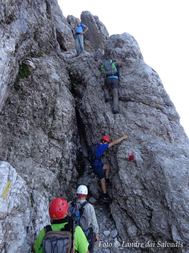 Passaggio a lato della fessura verticale