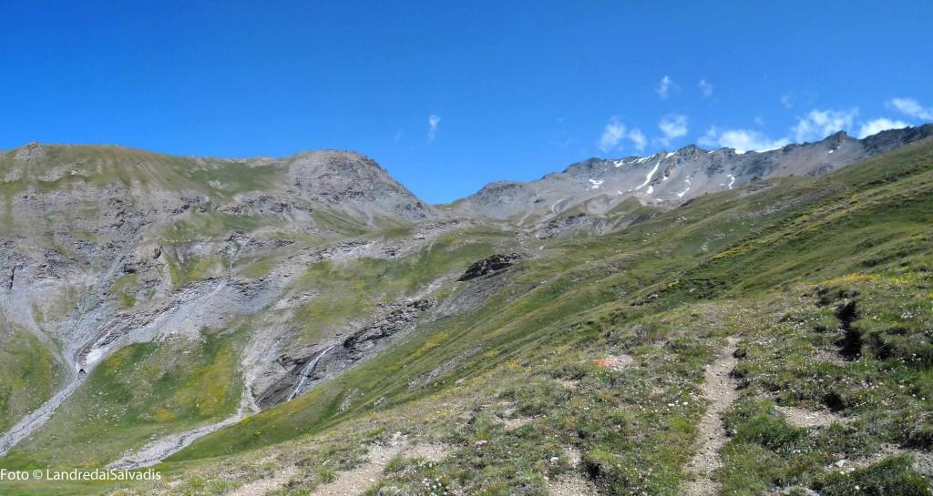 Salendo i prati sottostanti la cima, al centro il Passo Roccia Verde