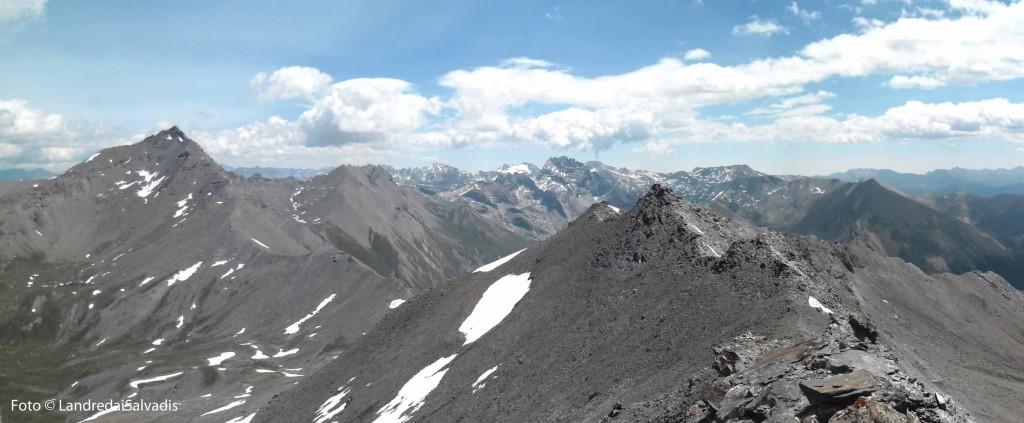 La lunga e rotta cresta verso la Piierre Menue