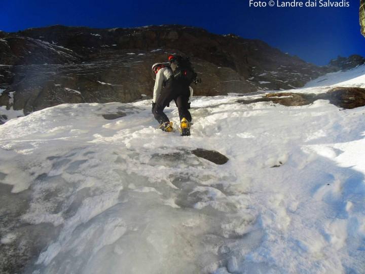 Al sasso, Claudio e Mirco attaccano sul ghiaccio.