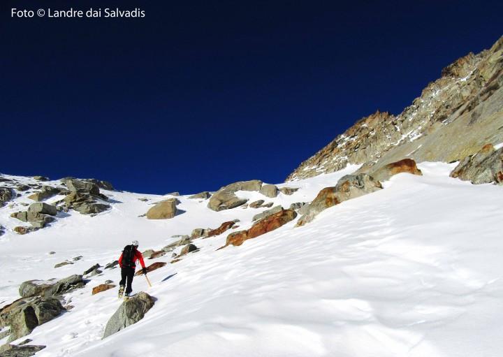 Ultimi tratti sul ghiacciaio: ecco la cima, dritta di fronte a noi sul fondo