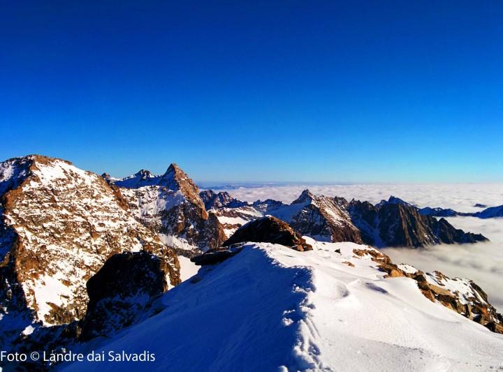 La cima di fronte più piramidale è Punta d'Ondezana (3496m), salita il giorno precedente