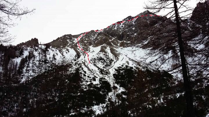 Dal sentiero che taglia i pendii, il canale attraversato e i successivi traversi fino al Passe dell'Orso. La rocca sulla sinistra e la Rocher de la Garde (2222m)