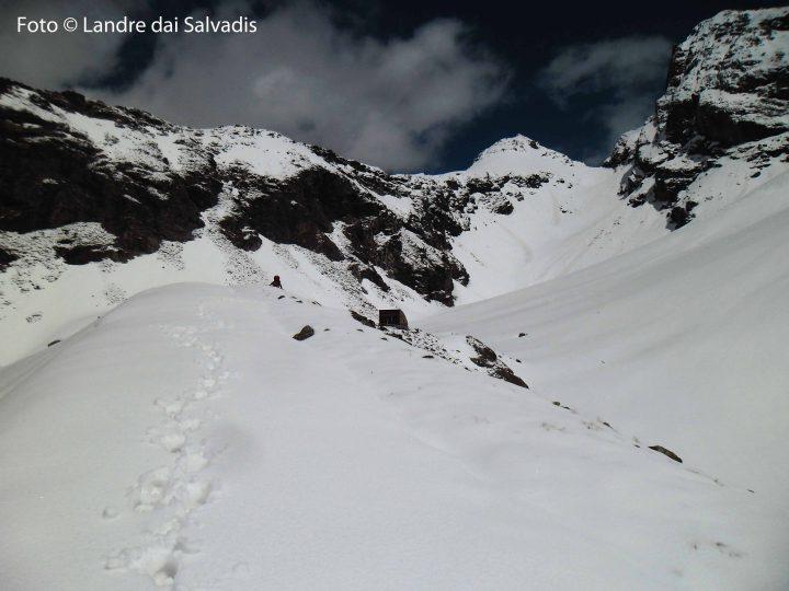 Il bivacco Chentre-Bionaz. Sulla sinistra i pendii innevati percorsi per giungere in cresta. La cresta continua sino alla piramide del Mont Dzalou