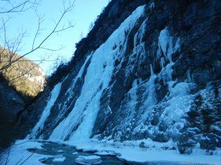 Scendiamo giù sul Piave e la cascata ci si profila in tutto il suo splendore
