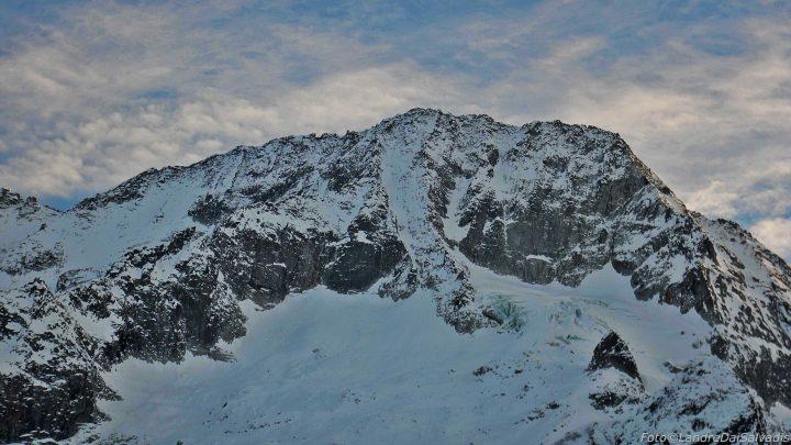 Una visione d'insieme della parete Nord con Iperbanana ben visibile al centro